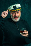 Portret van oude kapitein of de zeemansmens in zwarte sweater royalty-vrije stock afbeelding