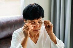 Portret van oude vrouw die haar glazen dragen stock fotografie