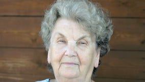 Portret van oude vrouw met nadenkende blik stock video