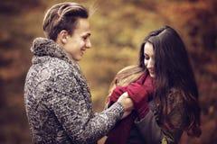 Portret van paar die van de gouden herfst genieten Stock Afbeelding