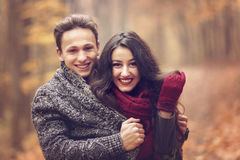 Portret van paar die van de gouden herfst genieten Royalty-vrije Stock Foto's