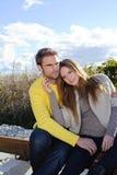 Portret van paar die van het gouden seizoen van de de herfstdaling genieten - blauwe hemel Stock Foto's
