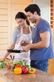 Portret van paar het koken met een pan stock afbeelding