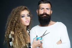 Portret van paar met schaar stock afbeelding
