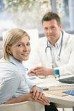Portret van patiënt bij arts Stock Afbeelding