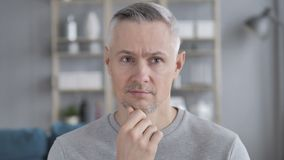 Portret van Peinzend Midden Oud Gray Hair Man Got New-Idee stock video