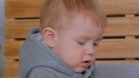 Portret van peinzend weinig jongen stock video