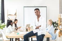 portret van peinzende Afrikaanse Amerikaanse zakenman stock afbeelding