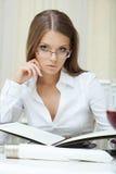 Portret van peinzende bedrijfsvrouw in glazen stock fotografie