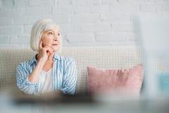 portret van peinzende grijze haarvrouw stock afbeeldingen