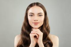 Portret van perfecte jonge vrouw met gezond haar en duidelijke huid Mooi gezichtsportret stock foto's