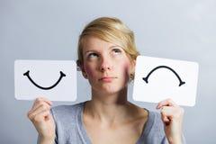 Portret van Person Holding Happy en Ongelukkige een Stemmingsraad Stock Afbeeldingen