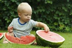Portret van peuterkind in openlucht met watermeloen Landelijke scène met de jongen die van de twee éénjarigenbaby watermeloenplak royalty-vrije stock foto