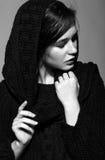 Portret van portret van de schoonheids het jonge donkerbruine vrouw in zwarte fashio Royalty-vrije Stock Foto's