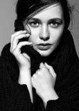 Portret van portret van de schoonheids het jonge donkerbruine vrouw in zwarte fashio Stock Foto