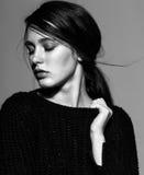 Portret van portret van de schoonheids het jonge donkerbruine vrouw in zwarte fashio Royalty-vrije Stock Foto