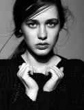 Portret van portret van de schoonheids het jonge donkerbruine vrouw in zwarte fashio Royalty-vrije Stock Afbeelding