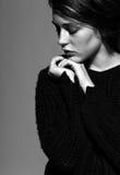Portret van portret van de schoonheids het jonge donkerbruine vrouw in zwarte fashio Stock Fotografie