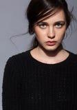 Portret van portret van de schoonheids het jonge donkerbruine vrouw in zwarte fashio Stock Afbeelding