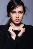 Portret van portret van de schoonheids het jonge donkerbruine vrouw in zwarte fashio Royalty-vrije Stock Afbeeldingen