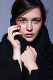 Portret van portret van de schoonheids het jonge donkerbruine vrouw in zwarte fashio Stock Foto's