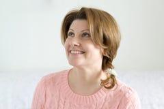 Portret van positieve vrouw in roze sweater Royalty-vrije Stock Afbeeldingen