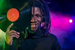 portret van professionele Afrikaanse Amerikaanse club DJ stock afbeelding