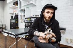 Portret van professionele creatieve tatoegeringsmeester Stock Fotografie