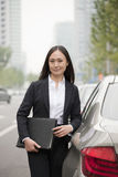 Portret van Professionele Onderneemster Leaning On Car royalty-vrije stock fotografie