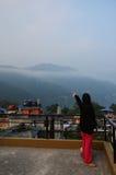 Portret van reizigers het Thaise Vrouwen met Cityscape van Pokhara in Annapurna-Vallei Nepal Royalty-vrije Stock Foto's
