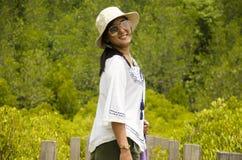 Portret van reizigers neemt het Thaise vrouwen voor foto op houten brug FO Royalty-vrije Stock Fotografie