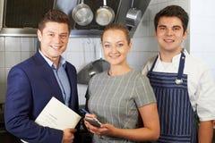 Portret van Restaurant Team Standing In Kitchen royalty-vrije stock foto's