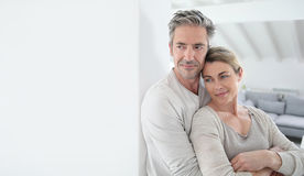 Portret van rijp paar in woonkamer Stock Foto's