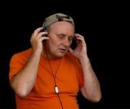 Portret van rijpe mens het luisteren muziek Royalty-vrije Stock Foto's
