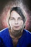 Portret van rijpe vrouw onder het vlokschuim, studiospruit Stock Afbeeldingen