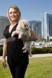Portret van rijpe vrouwen haar hond die neer eruit ziet Stock Afbeeldingen