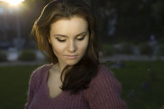 Portret van romantische vrouw bij bos Stock Afbeeldingen