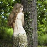 Portret van romantische vrouw bij het groene bos Stock Foto's
