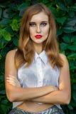 Portret van roodharig meisje met heldere make-up royalty-vrije stock foto