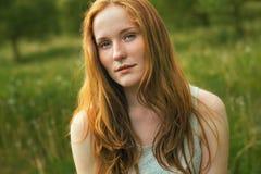 Portret van roodharigemeisje zomer Bloesemweide Royalty-vrije Stock Foto's