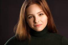 Portret van roodharigevrouw op dark Royalty-vrije Stock Fotografie