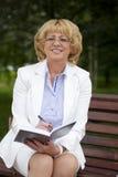 Portret van rustige rijpe vrouw in het de zomerpark Royalty-vrije Stock Foto's
