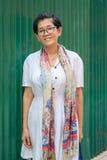 Portret van 45s jaren Aziatische vrouw status met het toothy glimlachen F stock foto's