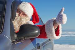 Portret van Santa Claus in de auto Stock Foto's