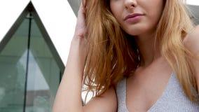 Portret van schitterend aantrekkelijk roodharigemodel stock video
