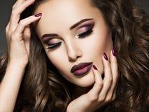 Portret van schitterend meisje met wijnlippen stock afbeelding