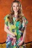 Portret van schitterend vrij slank gelukkig blondemeisje Stock Afbeeldingen