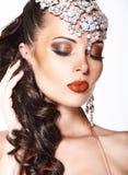 Portret van Schitterende Dromerige Vrouw met Glanzende Juwelen Stock Foto's