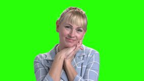 Portret van schitterende rijpe vrouw op het groene scherm stock video