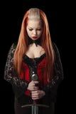 Portret van schitterende roodharigevrouw met lang zwaard Royalty-vrije Stock Foto